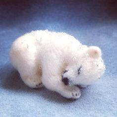羊毛フェルトで一番人気があるのが動物の作品です。白い羊毛で作ったシロクマの赤ちゃん。まるで本物みたい!