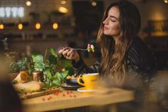 Intuitive eating is freedom to eat whatever your body is craving and learning to recogize your own hunger cues. These health coach-approved tips will help you incorporate mindfulness into every meal. Dinner Recipes For Kids, Healthy Dinner Recipes, Kids Meals, Diet Recipes, Eating Pictures, Restaurant Pictures, Intuitive Eating, People Eating, Mindful Eating