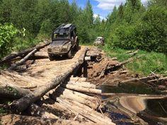 LR Defender 90 проезжает по разрушенному мосту на маршруте Ладога-2018
