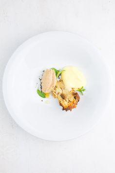 Weihnachtliches Dessert mit einer Tarte vom Christstollen, Bratapfel-Sorbet, kandiertem Ingwer und einer schaumigen Sabayon vom weißen Glühwein. Yummy.