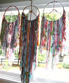 Of course the final touch to a bohemian wedding -) added touch of colourful no nuke dreamcatchers /you can never have enough of these around at your ceremony love Gypsy Decor, Boho Gypsy, Bohemian Decor, Hippie Boho, Gypsy Soul, Couronne Diy, Diy And Crafts, Arts And Crafts, Summer Crafts