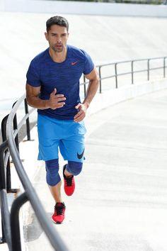 """Bei einer anstrengenden Trainingseinheit kann man kein Gramm überflüssiges Gewicht gebrauchen – deshalb bestehen diese Funktionsstyles von Adidas Performance auch aus einem leichten und hochfunktionellen Materialmix, der besonders schnell trocknet. Einen lässigen Kontrast zum blauen Outfit liefert der rote Nike Laufschuh """"Air Max Modern Essential"""" aus atmungsaktivem Obermaterial."""