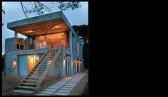 En medio del bosque y con vistas abiertas al mar, esta casa en el barrio Santa Bárbara, en Punta, se diseñó en líneas rectas e íntegramente en hormigón armado para hacer de la practicidad su emblem…
