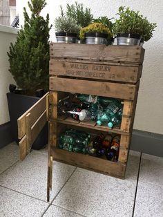 Altflaschen in einem Regal aus alten Weinkisten verstauen