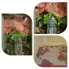 Caja de flores con fresas en chocolate.