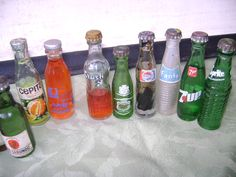 Botellitas de gaseosas en miniatura.