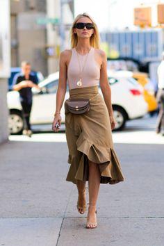 フレアが目を引くスカートに、「クロエ」のチェーンバッグをウエストバッグ風に携えて、モードなレイヤードを実践。