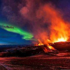 La erupcion de un volcan y la aurora boreal