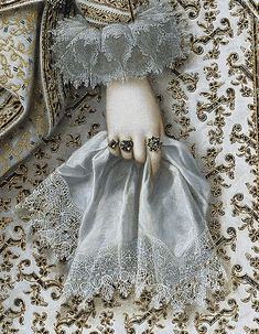 1620 Isabel of Borbón, future Queen of Spain. By Rodrigo de Villandrando. Prado Museum. Love that goldwork!