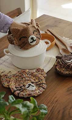 Crochet potholders and oven mitt patterns. - free download on ravelry! Such a great idea for a cute gift!