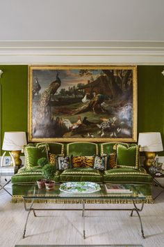 Tory Burch's New York City apartment in The Pierre, my dream home! Love the green velvet walls and sofa in her living room and the Old Master oil painting. Green Velvet Sofa, Green Sofa, Tory Burch, Luis Xvi, Diy Zimmer, New York City Apartment, Chinoiserie Wallpaper, Ballard Designs, Home And Deco
