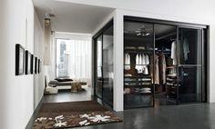 zona de vestidor con puertas vidrio