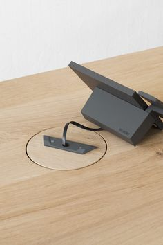 """Read more about the """"Axiom"""" indoor station from Siedle for which the label has specially developed a table holder for its products. Wireless Battery Charger, Interactive Exhibition, Retail Concepts, Wire Management, Light Building, Electronic Gifts, Basic Shapes, Metal Gear, Technology Gadgets"""