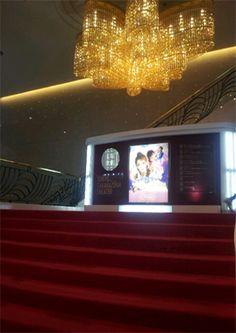 <宝塚歌劇団>1914年の初公演以来、人気を誇る女性歌劇団。現在は5組に分かれ、宝塚と東京の劇場を中心に公演を行っています。清く正しく美しくの精神による舞台は日本ならではのエンタテイメント界の代表。【25ans編集長 十河ひろ美】 lexus.jp/... ※掲載写真の権利及び管理責任は各編集部にあります。LEXUS pinterestに投稿されたコメントは、LEXUSの基準により取り下げる場合があります。