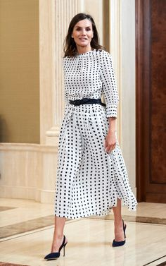 How Queen Letizia of Spain became the ultimate modern royal style icon Work Fashion, Modest Fashion, Fashion Dresses, Style Royal, Queen Outfit, Mode Simple, Modelista, Looks Street Style, Tweed Dress