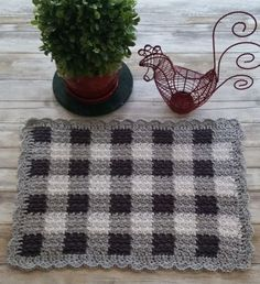 This Textured Gingham Crochet Placemat is worked using the flat tapestry crochet technique, but instead of using only single crochets, it alternates single and double crochets to give a textured effect. Crochet Cushions, Crochet Dishcloths, Tapestry Crochet, Crochet Pillow, Blanket Crochet, Plaid Crochet, Crochet Round, Knit Crochet, Crochet Things