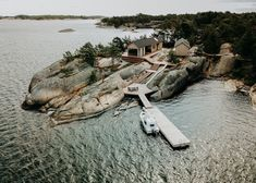 〚 Modern wooden cabin with sauna on rocky island in Finland 〛 ◾ Photos ◾Ideas◾ Design Parc National, National Parks, Scandinavian Cabin, Scandinavian Architecture, Mini Loft, Summer Cabins, Wooden Cabins, Little Island, Exterior