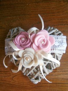 idea for a gift Wreath Crafts, Flower Crafts, Felt Crafts, Diy And Crafts, Arts And Crafts, Valentine Day Love, Valentines, Cold Porcelain Tutorial, Felt Ornaments