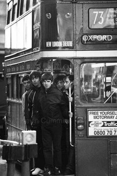 Oasis on the 73 bus in 1994 by Kevin Cummins Lennon Gallagher, Liam Gallagher Oasis, Noel Gallagher, Oasis Music, Oasis Band, Liam And Noel, Luis Xiv, London Theatre, British Rock
