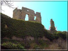 Au 13ème siècle, durant la terrible Croisade des Albigeois, le château fort de Coustaussa en Aude fut attaqué puis partiellement détruit. Mais au 16ème siècle son nouveau propriétaire décida de le transformer en habitat confortable. Ce sont ces pans de murs Renaissance qui nous sont parvenus.