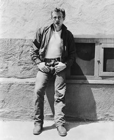 American actor James Dean leans against a wall on the set of director Nicholas Ray's classic film 'Rebel Without a Cause' 1955 James Dean Style, James Dean Photos, Rudolph Valentino, Jeans Levi's, All Jeans, Mae West, Burt Reynolds, Raquel Welch, Steve Mcqueen