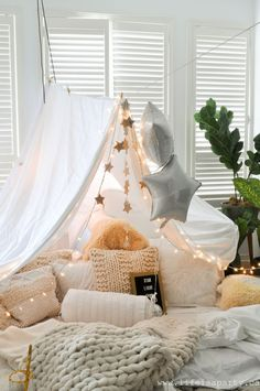 Pillow Fort -make a magical pillow fort with fairy lights and starry decorations. : Pillow Fort -make a magical pillow fort with fairy lights and starry decorations, and even star themed snacks. Perfect for family fun or date night. Sleepover Fort, Fun Sleepover Ideas, Indoor Forts, Cool Forts, Diy Fort, Hangout Room, Aesthetic Bedroom, Slumber Parties, My New Room