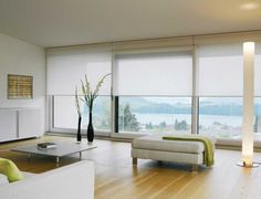 Sala de estar modernista con estores enrollables. Sencillez y elegancia. White Silent Gliss Roller Blinds in an ultra-modern living room. #interiordesign #blinds #livingroom