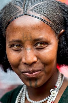 Young woman from the Raya Wollo tribe at Hayk market. African Tribes, African Women, Ethiopian Tribes, Ethiopian People, Ethiopian Beauty, Ethiopian Hair, Beautiful Black Women, Beautiful People, Oromo People