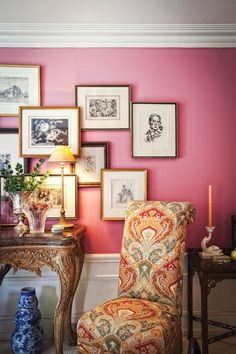 Chinoiserie Chic: The Pretty Gallery Wall - i love the layered frames in this first image Inspiration Wand, Chinoiserie Chic, Pink Room, Pink Walls, Traditional House, Decoration, Picture Frames, Picture Ledge, Picture Walls