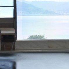 信州方面へ旅行に行くなら長野県の旅館信州上諏訪温泉湖泉荘を利用してみてください 展望風呂では静かな諏訪湖を眺めながら寛ぎの時間を過ごすことができます 信州産地元産のこだわった食材を吟味した食事は絶品ですよ  tags[長野県]
