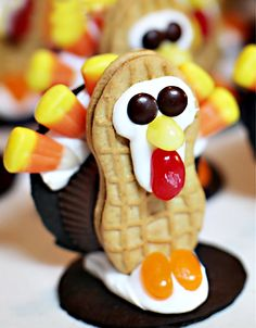 A huge gallery of the cutest Thanksgiving treats for kids AND adults. Everything from fun Thanksgiving Rice Krispie Treats to Turkey cookies and apple pie cupcakes. Cute Food, Good Food, Yummy Food, Yummy Yummy, Thanksgiving Desserts, Thanksgiving Turkey, Thanksgiving Preschool, Holiday Desserts, Thanksgiving Square
