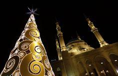 Llega la Navidad - Árbol de Navidad  frente a la mezquita al-Amin en el centro de Beirut - Jamal Saidi (2012)