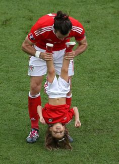 These beautiful pictures capture Gareth Bale's wonderful celebrations with his daughter - Wales Online Wales Football Team, Welsh Football, Best Football Team, World Football, Soccer World, Football Players, Real Madrid Team, Real Madrid Football, Soccer Guys