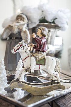 Julebarn gutt på gyngehest