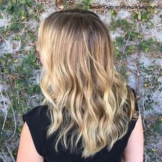Melting into fall 🍂🌾🌼 #haircolor by #sarahconner @mechesalonla #mechesalon #haircut / #style @hair_byjoseph #wheatyblonde #highlights #naturallookinghaircolor #dimensionalcolor #fallhair #rootyblonde #sunkissed (at Meche Salon Los Angeles)