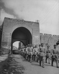 Communist Soldiers at Great Wall of China during the Chinese Civil War, April Source: George Lacks / The LIFE Picture Collection Life Pictures, Old Pictures, Old Photos, World History Facts, China Today, World Conflicts, Great Wall Of China, Asian History, Picture Collection