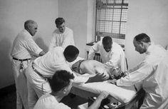 el electroshock mejora las fases agudas de la esquizofrenia, con delirios y alucinaciones. También parece funcionar en las depresiones muy profundas, sobre todo cuando hay tendencias claras al suicidio. Pero a pesar de los efectos positivos de algunas de estas terapias, a menudo resultaban peligrosas, humillantes e inhumanas. Además, con estos tratamientos se producía un distanciamiento y ausencia de comunicación entre el enfermo y el médico. Fotografía de Herbert Gehr,1949