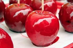 Imagen de apple, food, pomme, candy and red Caramel Candy, Caramel Apples, Bonfire Night, Candy Apples, Apple Candy, Red Candy, Toffee, Soap Making, Sweet Treats