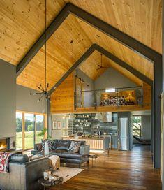 C'est dans le Vermont que Joan Heaton Architects a dessiné cette grange moderne, une maison simple et décontractée qui reprend les lignes des volumes anciens. Un espace avec quatre lits super…