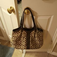 Coach shoulder bag EUC no scuffs or marks. Used a handful of times Priced to go or make reasonable offer! Coach Bags Shoulder Bags