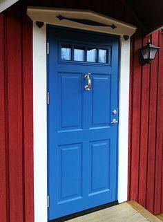 En modern tagning på den klassiska röda stugan med vita knutar och en blå dörr. Här har vi en ytterdörr från Ekstrands modell Ascot 300 G48 SP0:3 i kulör RAL 5015 med portkläpp modell 980. #Ekstrands #dörr #dörrar #Ascot #ytterdörr #ytterdörrar #blådörr #inspiration #scandinavian  #architecture #svenskarkitektur #svenskahus #hus #stuga #portkläpp