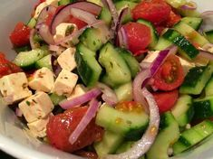 Griekse salade met tomaten, komkommer, witte kaas en rode ui
