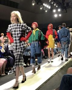 EX-YOUTH 조금 전 <보그>페이스북과 인스타그램에서 진행된 #보그드론 의 생중계 재밌게 감상하셨나요? '과거(Ex 구)'를 '현재'로 소환한 #푸시버튼 #17FW 컬렉션! 80년대 무드의 과감한 도트 무늬 드레스 강렬한 원색의 컬러 플레이 앙칼진 캣츠 아이 선글라스 종아리를 훌쩍 덮는 길이의 코트가 돋보였답니다디자이너 #박승건 이 직접 꼽은 베스트 룩은 큼직한 사이즈의 메탈릭 패딩 조끼 @pushbutton_official _ #Pushbutton's #FW17 collection brought the past back to the present with #80s style pieces including a dotted dress and cat's eye #sunglasses. Designer #ParkSeungGun picked the metallic padded vest as his best look. #PBFW1718 #SFW #Vogue #VogueKorea…