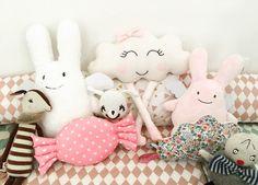 Le coussin nuage avec les jambes et le petit bonbon ont été créés par l'adorable @crislo_creation_ Blog et Vide-Dressing beaute-vanite.blogspot.fr