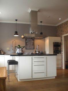 Stilvolle Küche. Grau Wandfarbe zu weißer Küche. #KOLORAT #Wandgestaltung #Küche: