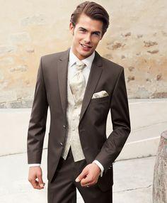 Oder auch so....Haselnussfarbener 2– Knopf Anzug in einem Faconnestreifen in hochwertiger Woll– Polyester Mischung mit smartem, edlen Lüster.