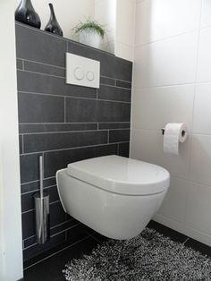 .Mooie tegels - wel te zwart - moet meer antraciet zijn. Witte tegels tot 1.20 hoog Daarboven glad stucwerk Wasbakje antraciet/zwart Toiletpot mooi