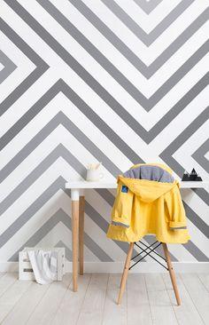 Die Cypress graue gestreifte Tapete ist ein wunderbar anspruchsvolles Design, das Sie den geometrischen Stil in Ihren Innenraum einführen kann, ohne zu aufdringlich zu sein. Die subtilen Grauton schaffen ein Gefühl von Tiefe und Charakter, ein wirklich maßgeschneidertes Wandbild, das alle beeindrucken, die ihn sehen. #dazzlecamo #dazzledesign #interiordecor #Home #wallpaper #mural #striped #geometric #monochrome #modernist