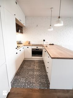 biała kuchnia z drewnianym blatem