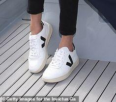 Casual Coats For Women, Winter Coats Women, Veja Sneakers, White Sneakers, Veja Esplar, Sneaker Outfits Women, Sneakers Fashion, Fashion Outfits, Shoes